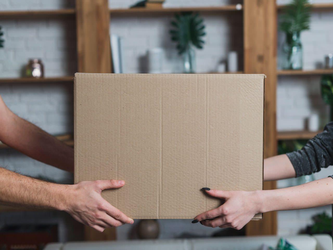 caixa de cartão com uma encomenda para entregar ao cliente